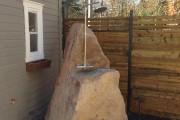 La douche MENHIR Création originale réalisée à partir d'une pierre trouvée sur le site des travaux.