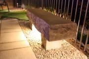 BANC de jardin Ce banc d'une simplicité déconcertante a été réalisé à partir d'une pierre brute!