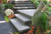 ESCALIER en granit      Cet escalier au design épuré offre une signature unique pour la propriété.2